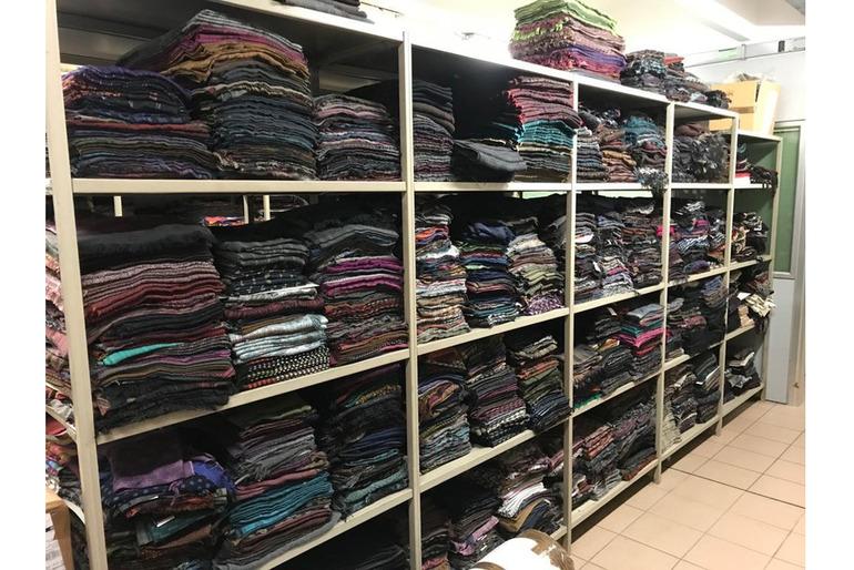 Bellissimo stock sciarpe, foulard, stole, mantelle di alta qualità